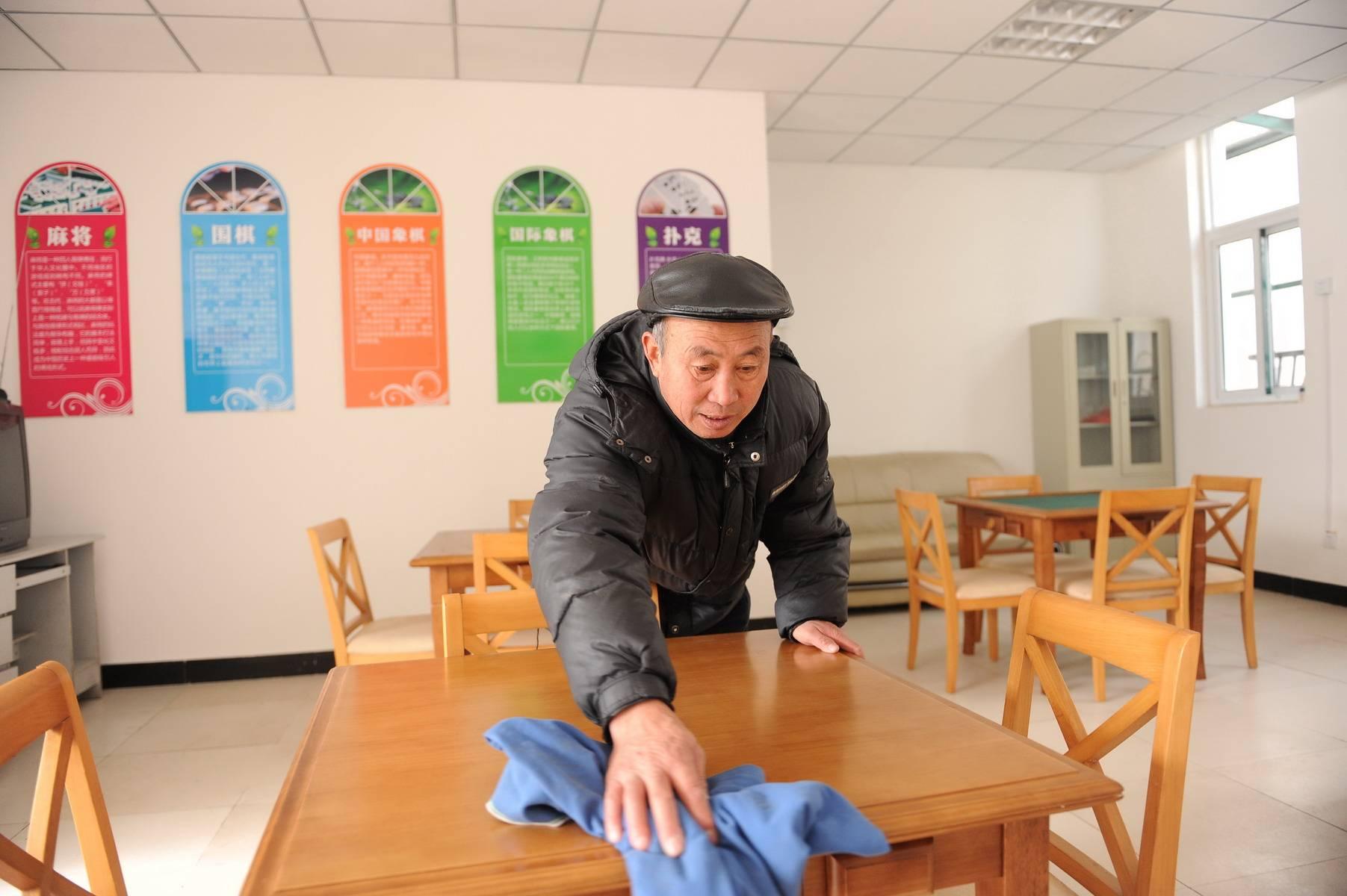 幼儿园大班扫地擦桌子图片